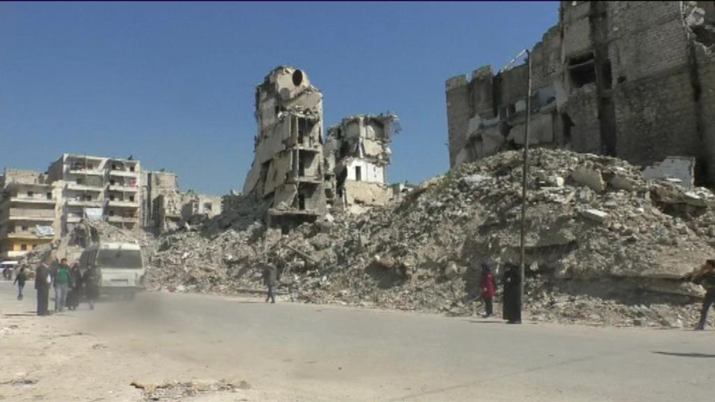 أهالي حلب يعيشون وسط الأنقاض
