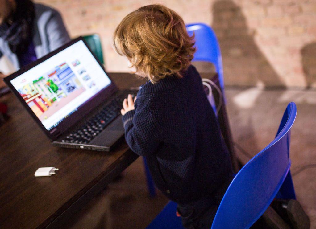 """حيلة يستخدمها """"يوتيوب"""" لجذب الأطفال والمراهقين.. تأثيرها كبير!"""