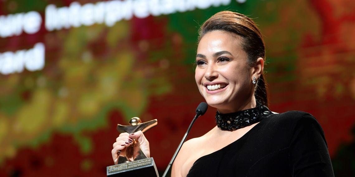 """هند صبري تهدي جائزة أفضل أداء لدور نسائي لـ"""" كل إمرأة تريد التقدم إلى الأمام """""""