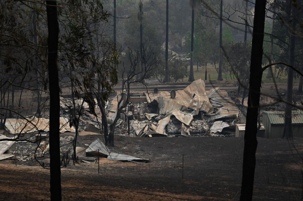 The remains of a property destroyed by fire is seen in Bobin, 350km north of Sydney on November 9, 2019, as firefighters try to contain dozens of out-of-control blazes that are raging in the state of New South Wales. - Catastrophic bushfires in eastern Australia have killed at least three people and forced thousands from their homes, with the death toll expected to rise as firefighters struggle towards hard-to-reach communities. (Photo by PETER PARKS / AFP)