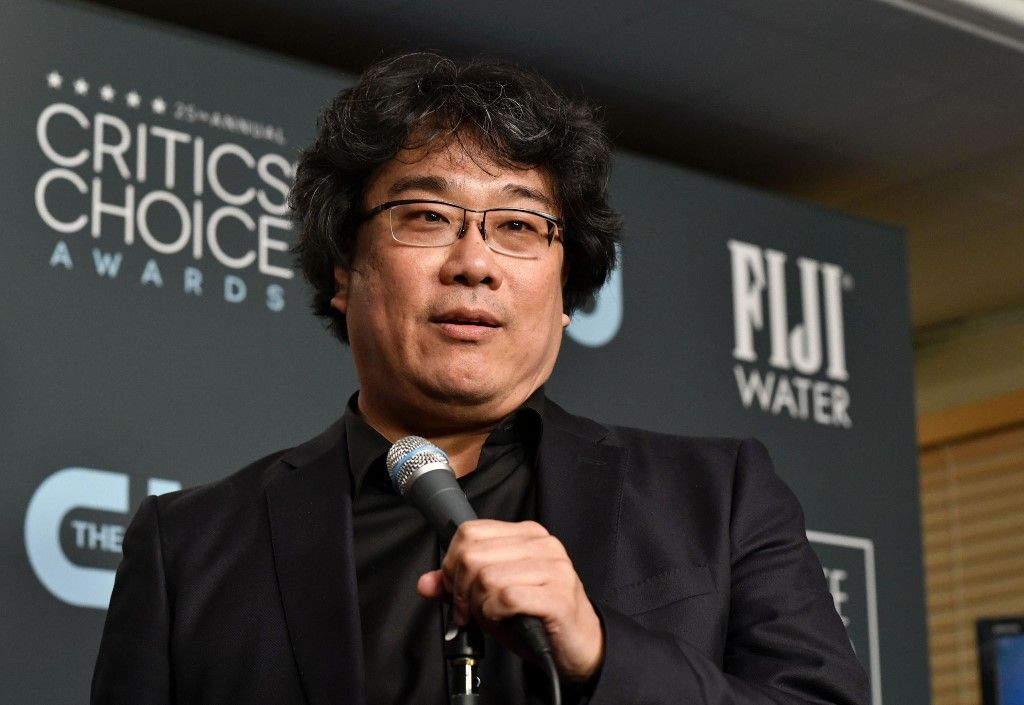 SANTA MONICA, CALIFORNIA - JANUARY 12: Bong Joon-ho poses in the press room with the award for Best Director for 'Parasite' during the 25th Annual Critics' Choice Awards at Barker Hangar on January 12, 2020 in Santa Monica, California.   Frazer Harrison/Getty Images/AFP