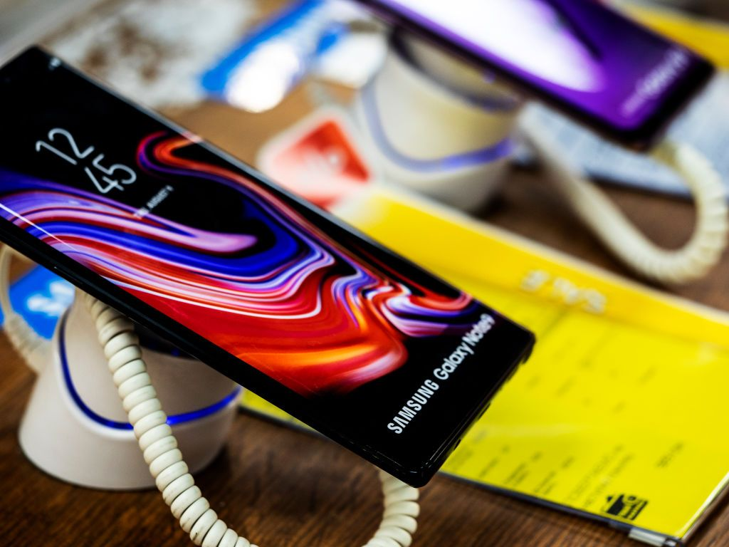 KIEV, UKRAINE - 2019/01/05: Samsung Galaxy Note 9 phone seen in the store. (Photo by Igor Golovniov/SOPA Images/LightRocket via Getty Images)