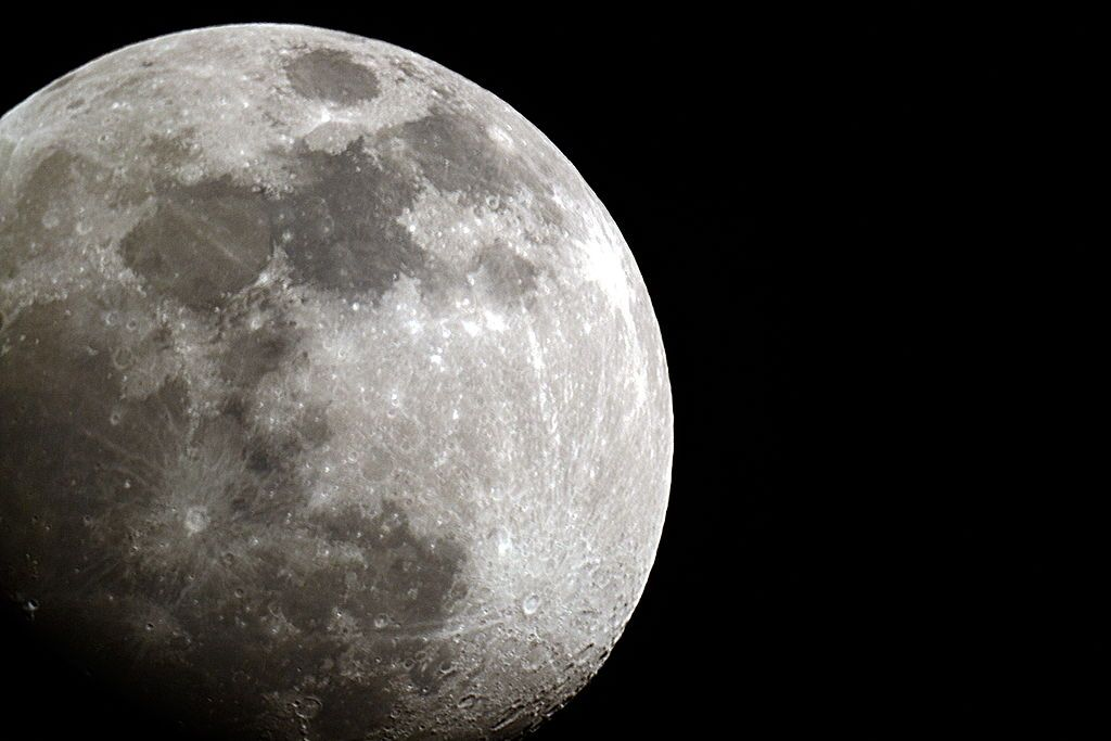 """صورة رائعة للقمر تظهره مثل كوكب زحل.. كيف علّقت وكالة """"ناسا""""؟"""
