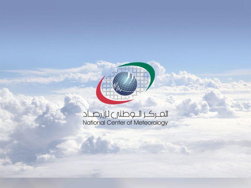 سقوط أمطار غزيرة على دبي وأبوظبي وتوقعات باستمرار الطقس الغائم