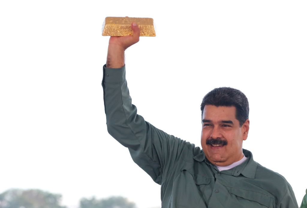 FILE PHOTO: Venezuela's President Nicolas Maduro holds a gold bar during a meeting with representatives of the mining sector in Puerto Ordaz, Venezuela, December 5, 2017. Miraflores Palace/Handout via REUTERS ATTENTION EDITORS - THIS PICTURE WAS PROVIDED BY A THIRD PARTY./File Photo