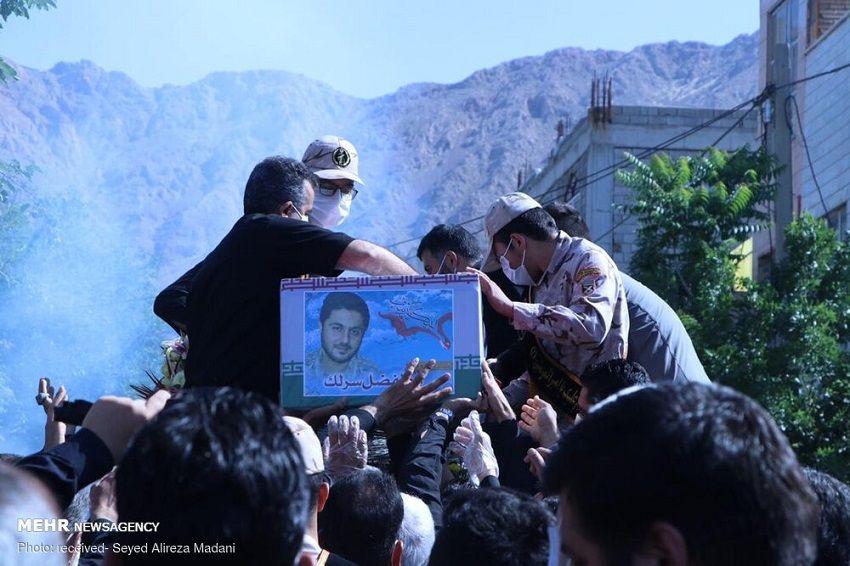 إيران تدفن عقيداً في الحرس الثوري قتل في سوريا