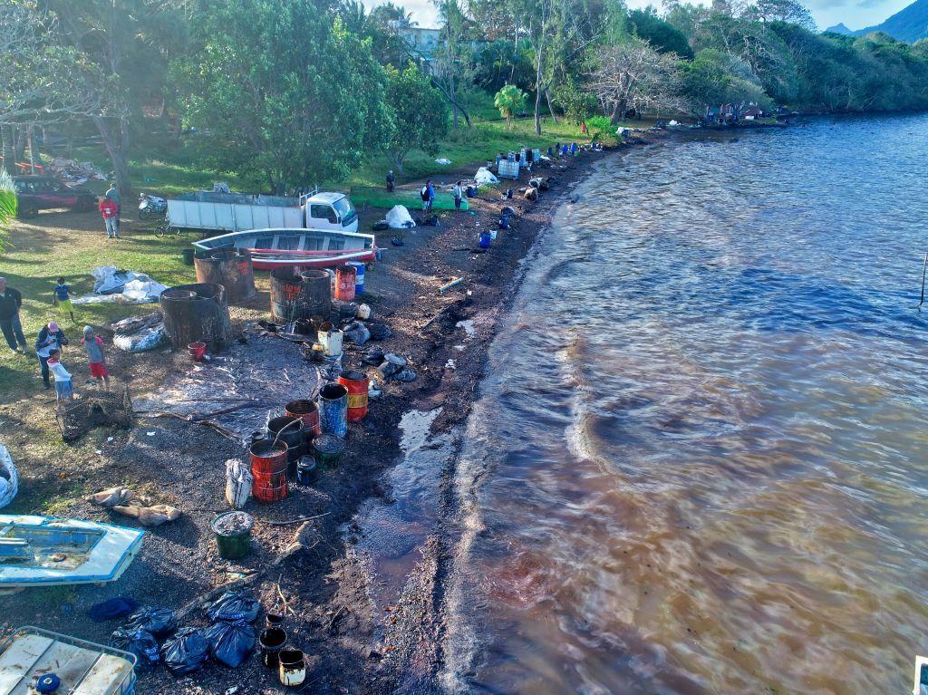 بالصور..تسرب نفطي في جزر موريشيوس وتحذير من عواقب وخيمة