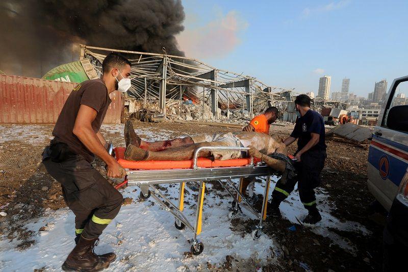 إجلاء رجل في موقع انفجار في بيروت ، لبنان ، 4 أغسطس ، 2020. رويترز