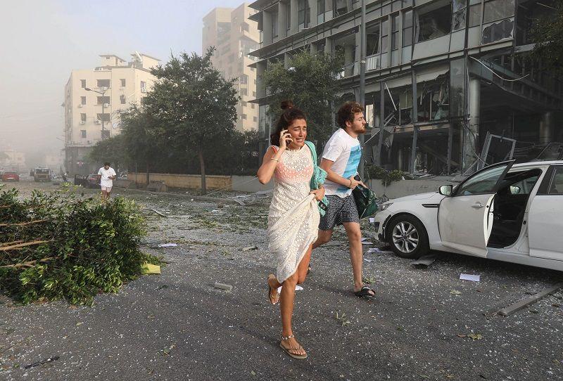 ركض الناس للحصول على غطاء بعد انفجار في منطقة مرفأ بيروت ، لبنان ، 4 أغسطس ، 2020. رويترز