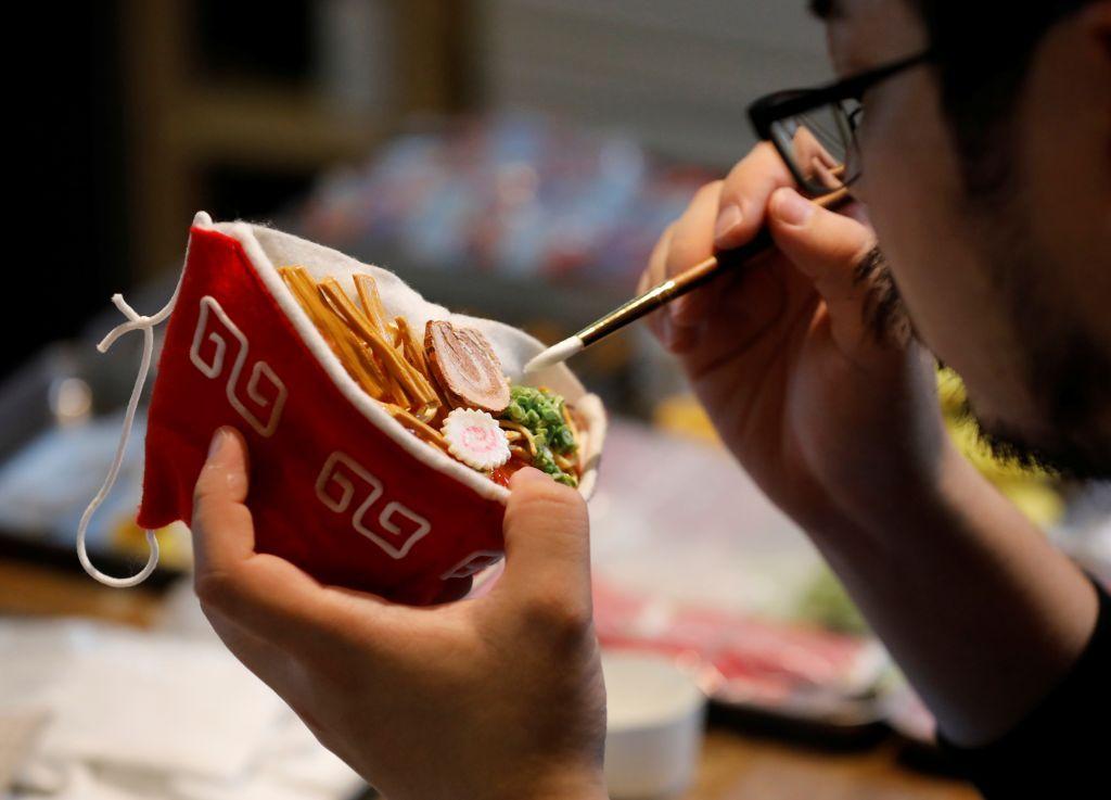 بالصور.. فنان يابانى يصنع قناعا غريبا لحل مشكلة ضباب النظارات