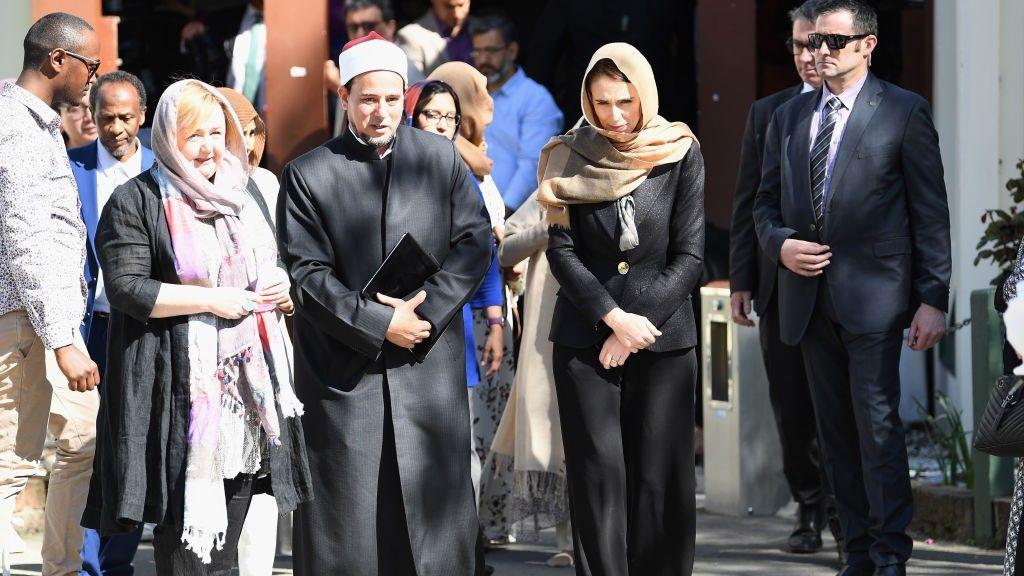 مرتدية الحجاب.. رئيسة وزراء نيوزيلندا تزيح الستار عن لوحة تذكارية لضحايا المسجد