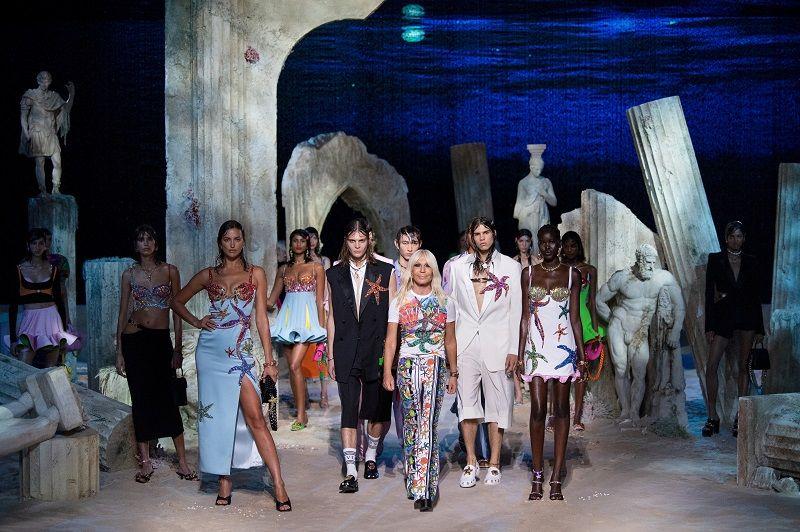 قدم المصممة دوناتيلا فيرساتشي وعارضات الأزياء إبداعات من مجموعة Versace لربيع وصيف 2021 للنساء والرجال خلال عرض رقمي في ميلانو ، إيطاليا ، 25 سبتمبر 2020./رويترز