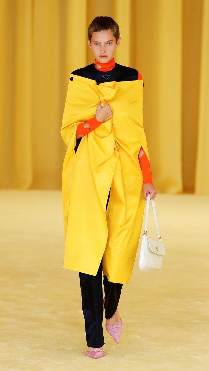 تقدم عارضة أزياء من مجموعة Prada لربيع وصيف 2021 النسائية خلال أسبوع الموضة في ميلانو ، إيطاليا/رويترز