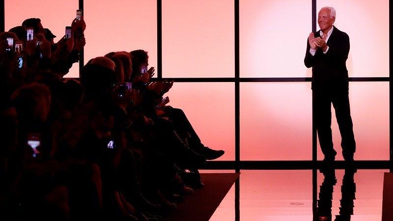 المصمم الإيطالي جورجيو أرماني يظهر في نهاية عرض أزياء/رويترز