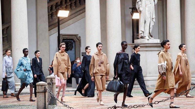 تقدم العارضات إبداعات من مجموعة Max Mara لربيع وصيف 2021 النسائية خلال أسبوع الموضة في ميلانو /رويترز