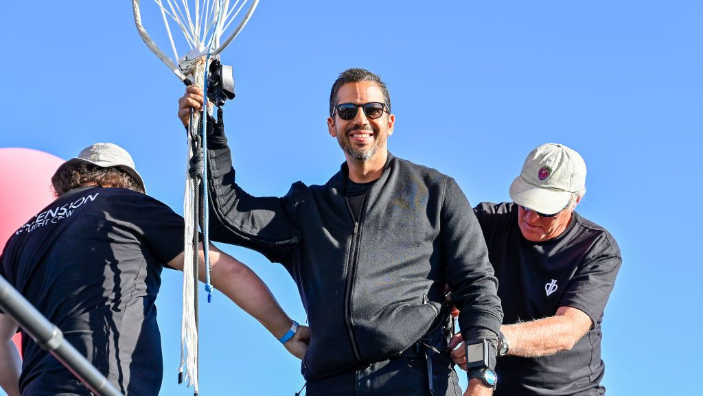 "PAGE, ARIZONA - SEPTEMBER 02: David Blaine prepares to perform the stunt ""Ascension"" on September 02, 2020 in Page, Arizona. (Photo by David Becker/Getty Images for YouTube Originals )"