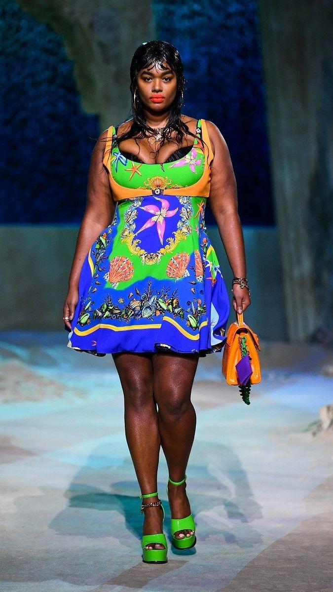 صورة لعارضة أزياء من عرض أزياء فيرساتشي /رويترز