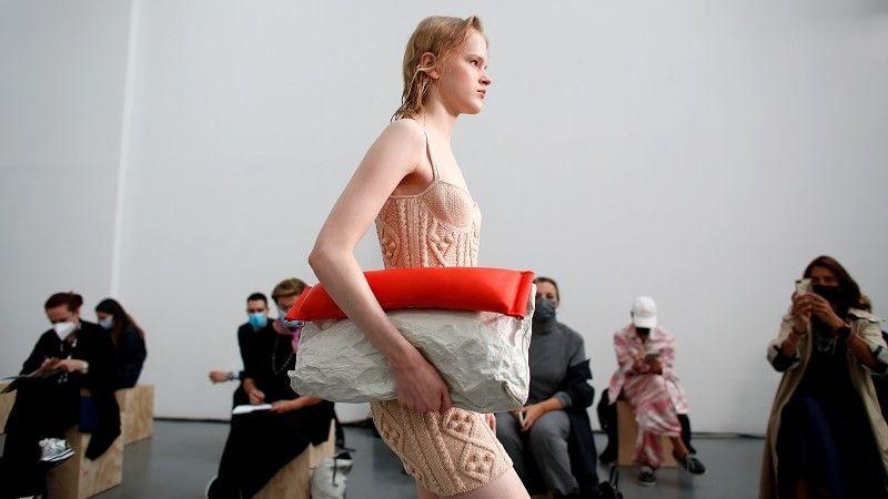 عارضة أزياء تقدم ابتكارًا من مجموعة Sportmax Spring / Summer 2021 النسائية خلال أسبوع الموضة في ميلانو /رويترز