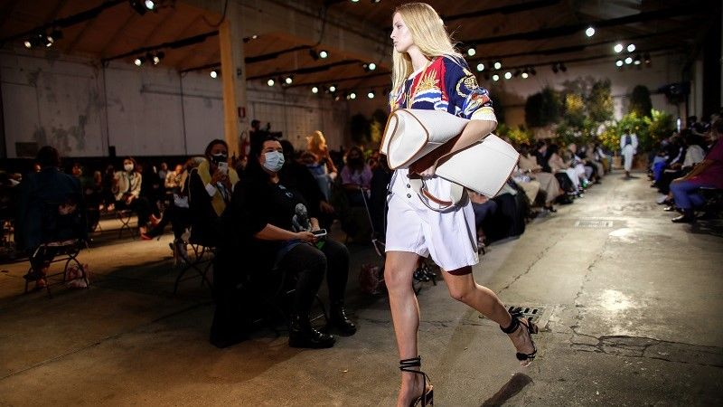 ارضة أزياء تقدم ابتكارًا من مجموعة Etro Spring / Summer 2021 النسائية خلال أسبوع الموضة في ميلانو /رويترز