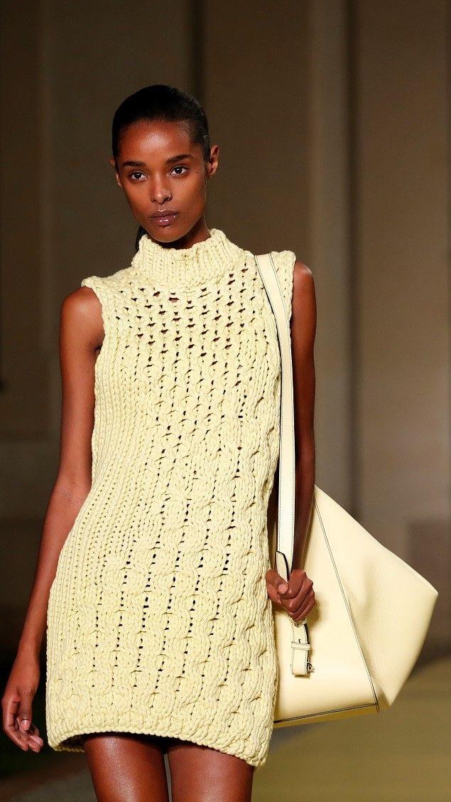 عارضة أزياء تقدم ابتكارًا من مجموعة سالفاتور فيراغامو لربيع وصيف 2021/رويترز