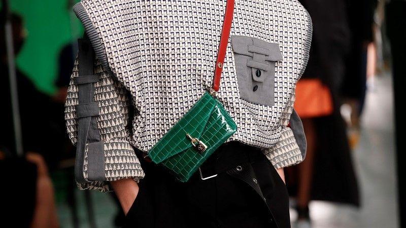 عارضة أزياء تقدم إبداعًا للمصمم نيكولا جيسكيير كجزء من عرض مجموعة الملابس الجاهزة لربيع / صيف 2021 لدار الأزياء لويس فويتون/رويترز