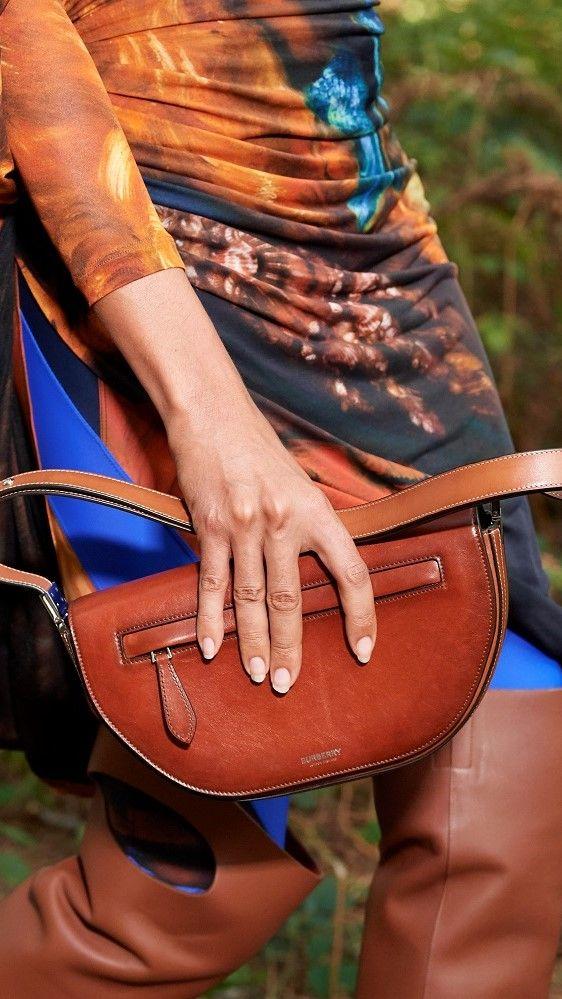 عارضة أزياء تقدم حقيبة من مجموعة Burberry لربيع وصيف 2021 خلال أسبوع الموضة بلندن/رويترز
