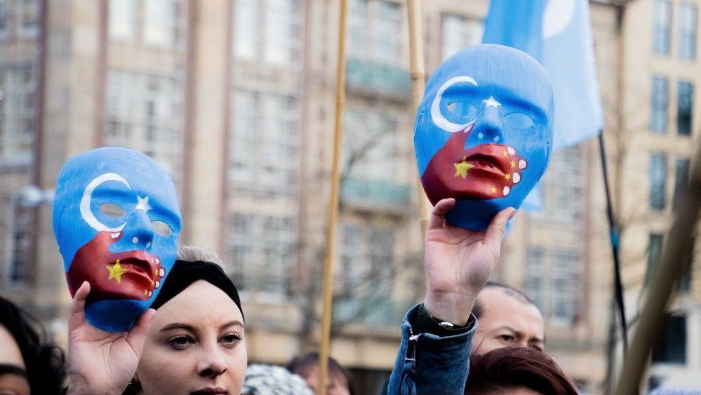 """بعد تقارير عن عمليات اغتصاب وتعقيم.. الصين تُطلق حملة غير مسبوقة لـ """"تشويه سمعة"""" نساء الإيغور"""