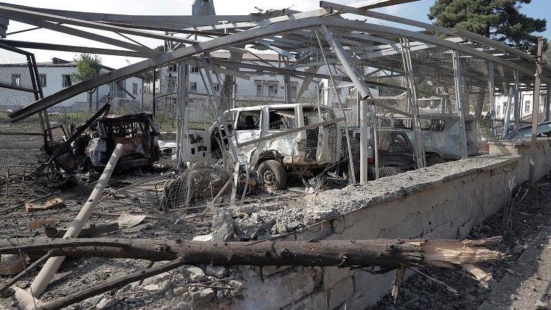 سيارات محطمة في منطقة ناغورني قرة باغ/رويترز