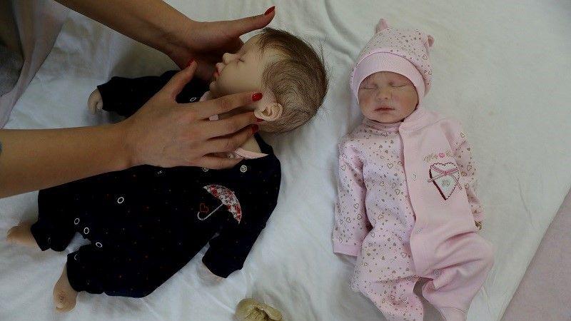 وكأنها مفعمة بالحياة.. أسر إيرانية تلجأ للدمى بدلاً من إنجاب مزيد من الأطفال