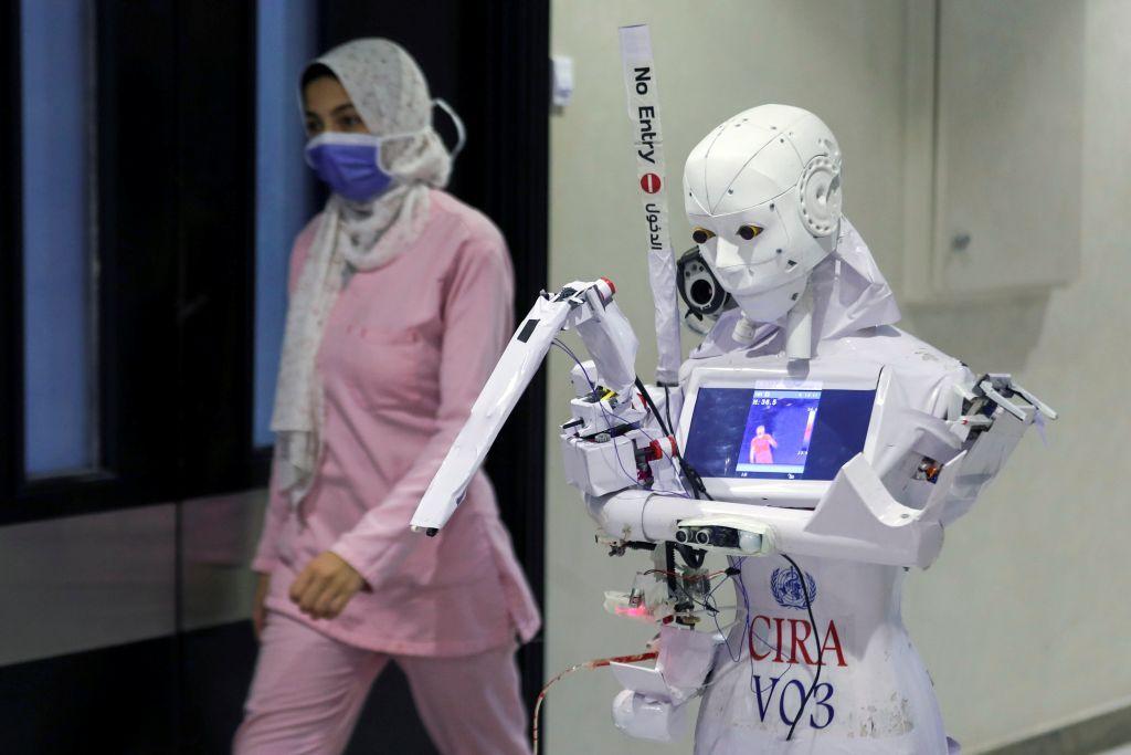 مخترع مصري يجري تجارب على روبوت للكشف عن كورونا