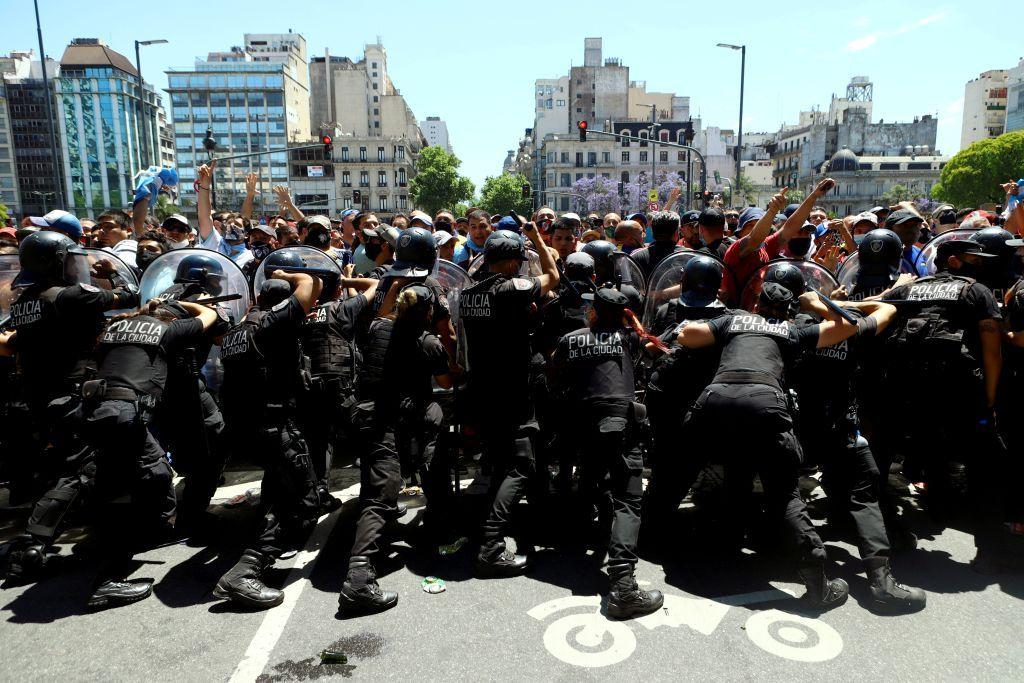 الأرجنتينيون يشيعون مارادونا وسط أعمال شغب وعنف