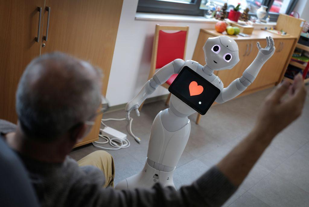 بالصور.. دار مسنين فى ألمانيا تستخدم الروبوتات لرعاية كبار السن