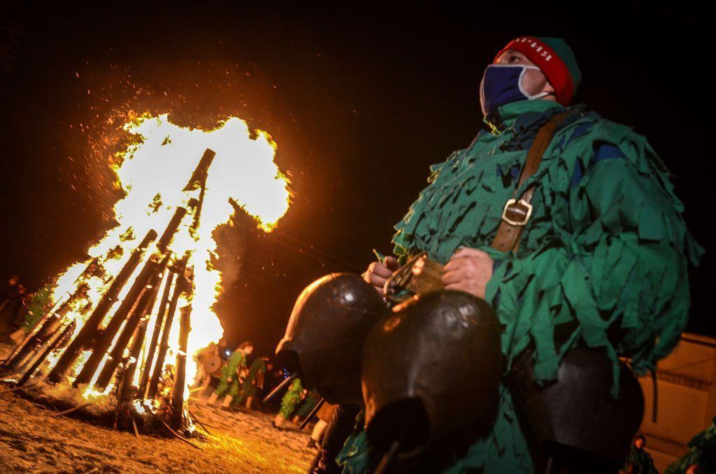البلغار يقرعون الطبول احتفاء بالعام الجديد في مهرجان سورفا التقليدي / Getty