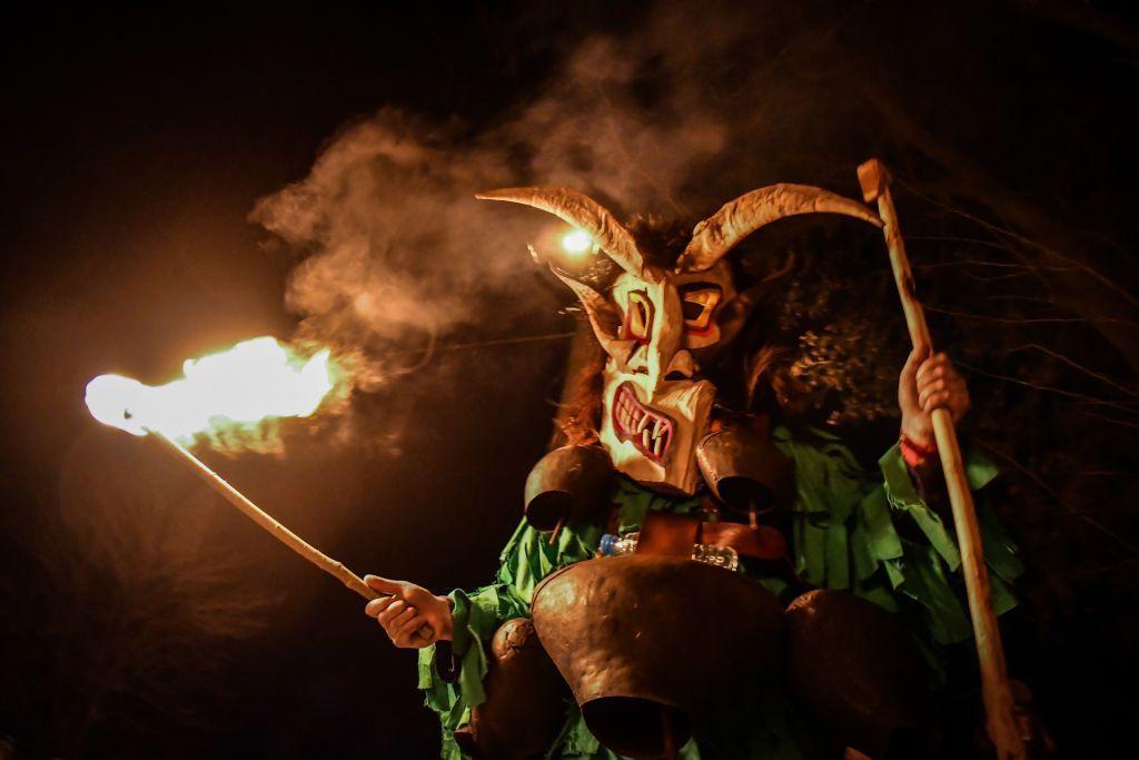 أشخاص يؤدون الرقص التقليدي خلال احتفالات الكرنفال/ Getty