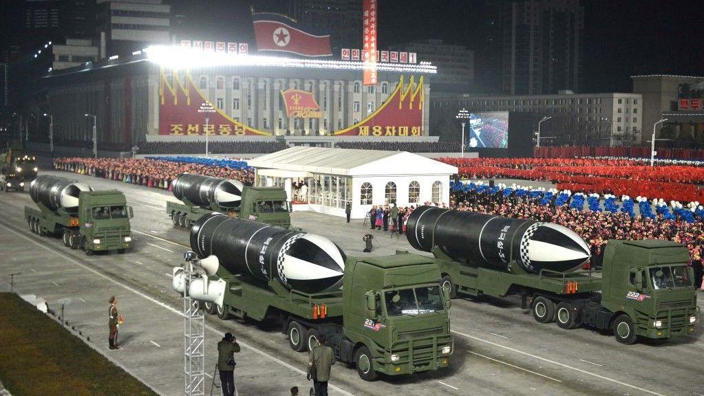 كوريا الشمالية تستعرض صاروخاً باليستياً يمكن إطلاقه من على متن غوّاصة