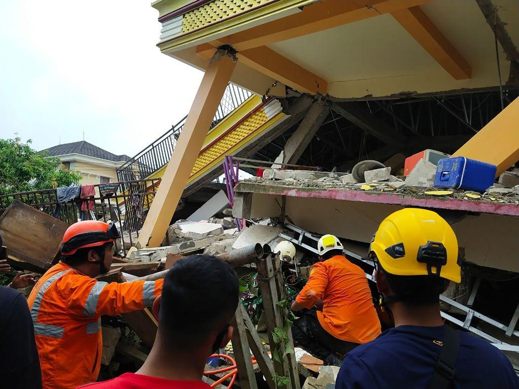 34 قتيلا في زلزال قوي ضرب إندونيسيا