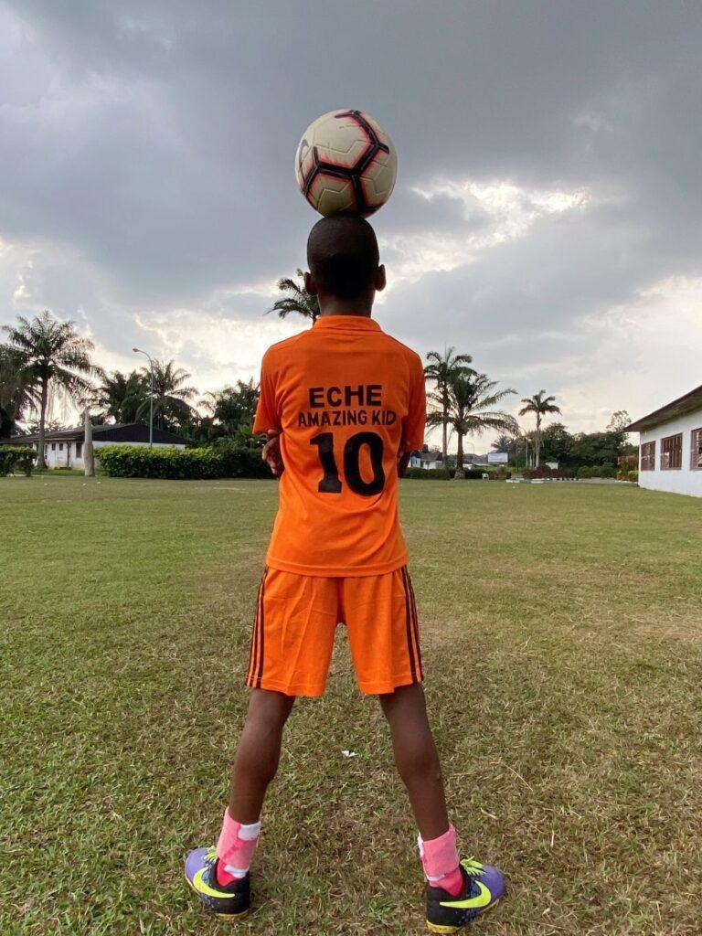 """طفل نيجيري يدخل موسوعة جينيس بسبب مهاراته في  كرة القدم الحرة """"فريستايل"""""""