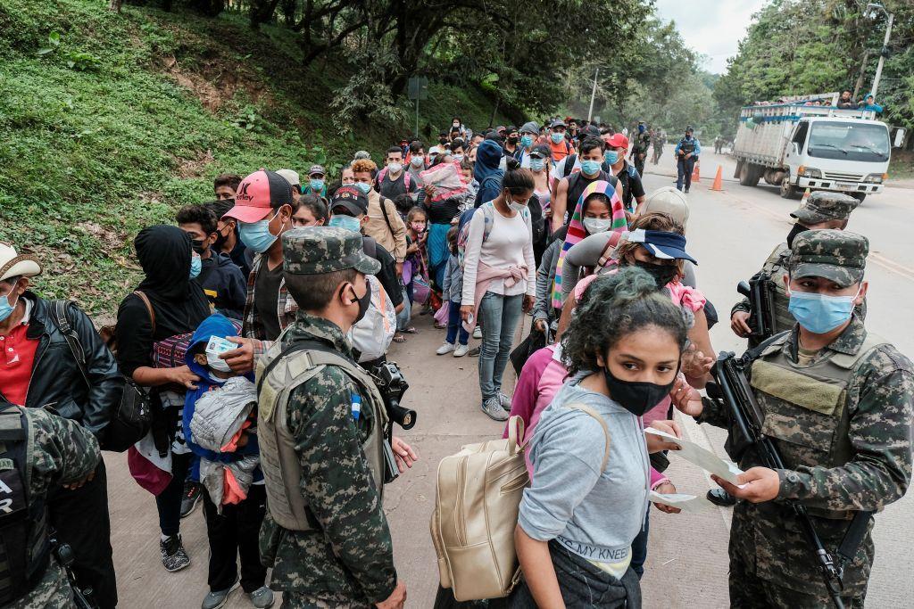 استمرار تدفق آلاف المهاجرين من هندوراس إلى الحدود المتاخمة للولايات المتحدة