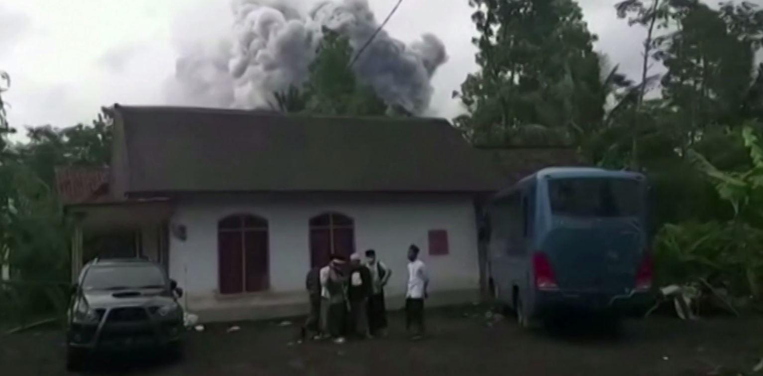 بالصور.. غازات حارقة تخرج من بركان في إندونيسيا