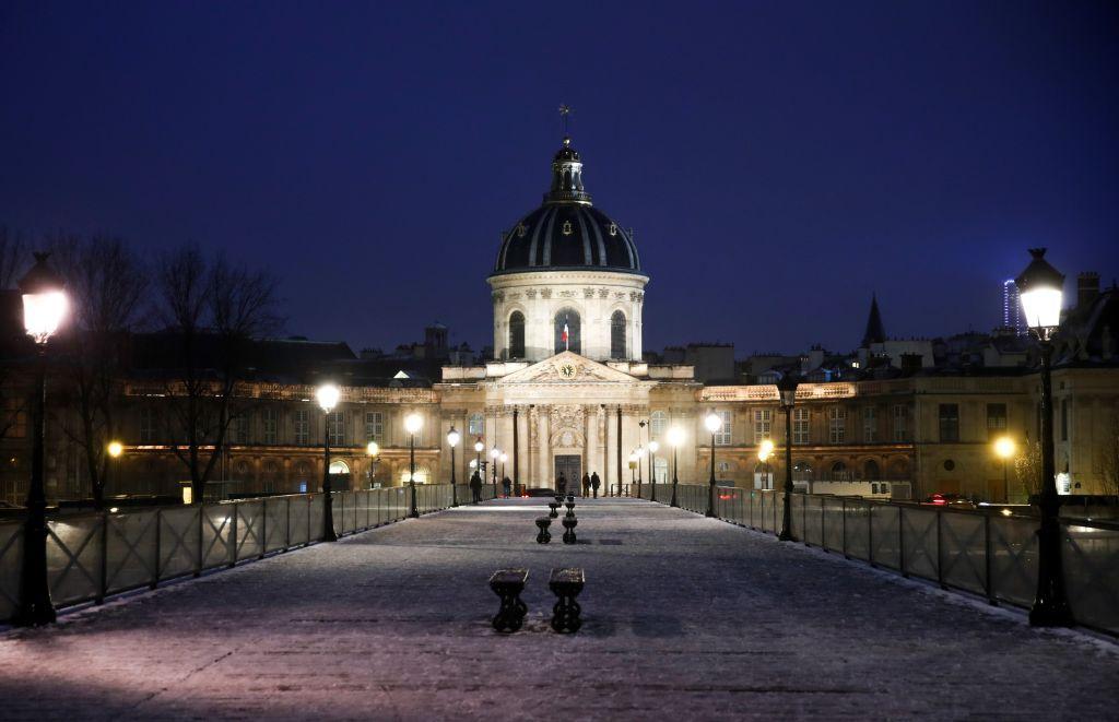 الثلوج تغطي معالم باريس (فيديو)