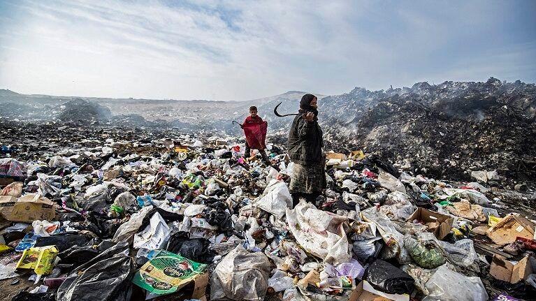 فقراء يبحثون عن قوت يومهم بين أكوام النفايات في شمال شرق سوريا