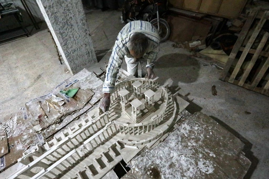 نازحون سوريون يتذكرون آثار تدمر ويعيدون إحياءها بتماثيل من الجص