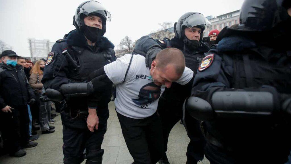 بالصور.. الشرطة الروسية تقمع أنصار نافالني في العاصمة موسكو