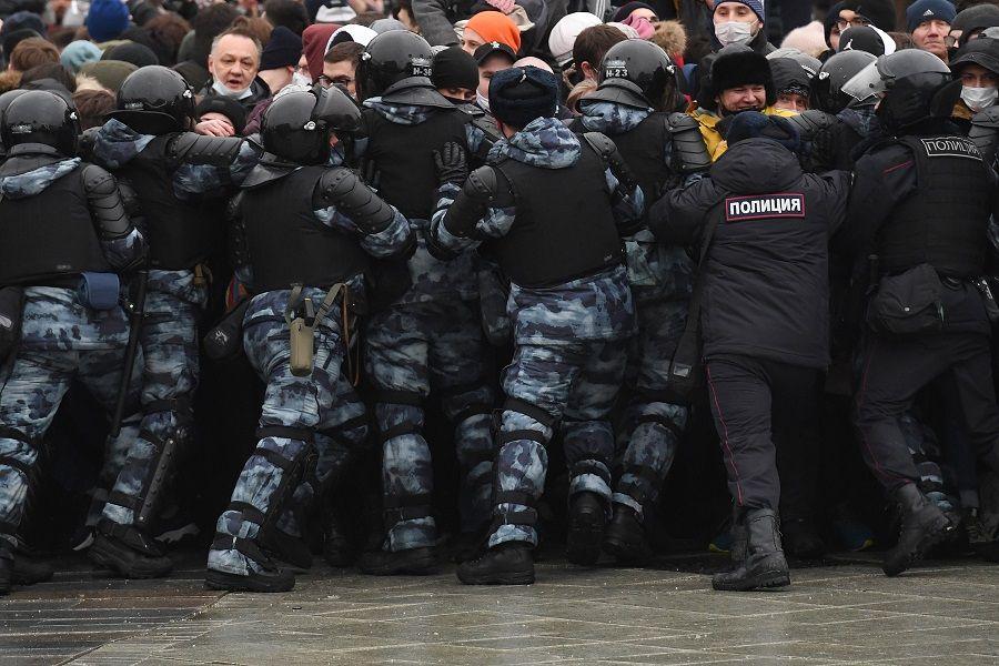 القوات الروسية تبطش بالمعارضين.. التظاهرات تعمّ روسيا والمعتقلون أكثر من 2000