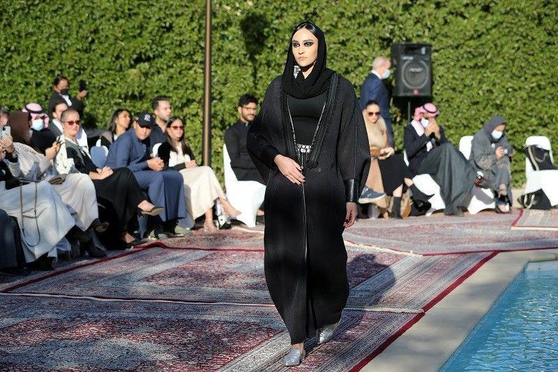 السعودية.. عارضات أزياء يعرضن تصميمات حديثة للعباءة التقليدية