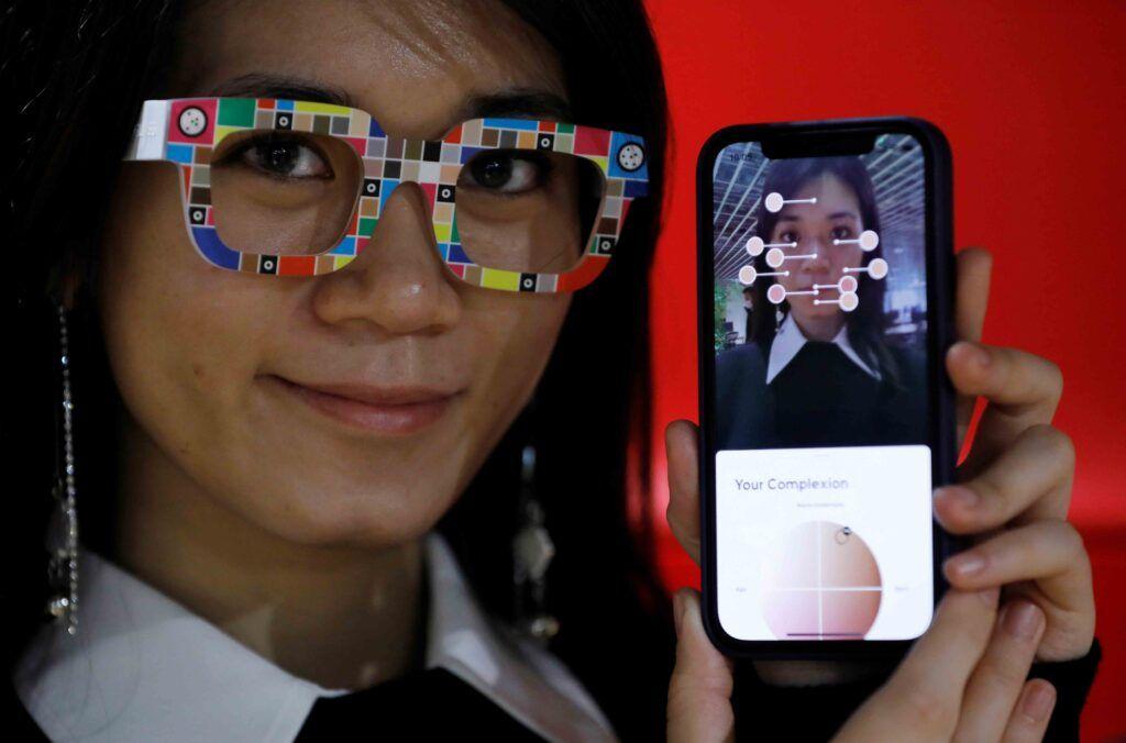 شركة يابانية تطلق نظارات لتقييم حاجة الوجه لمستحضرات التجميل