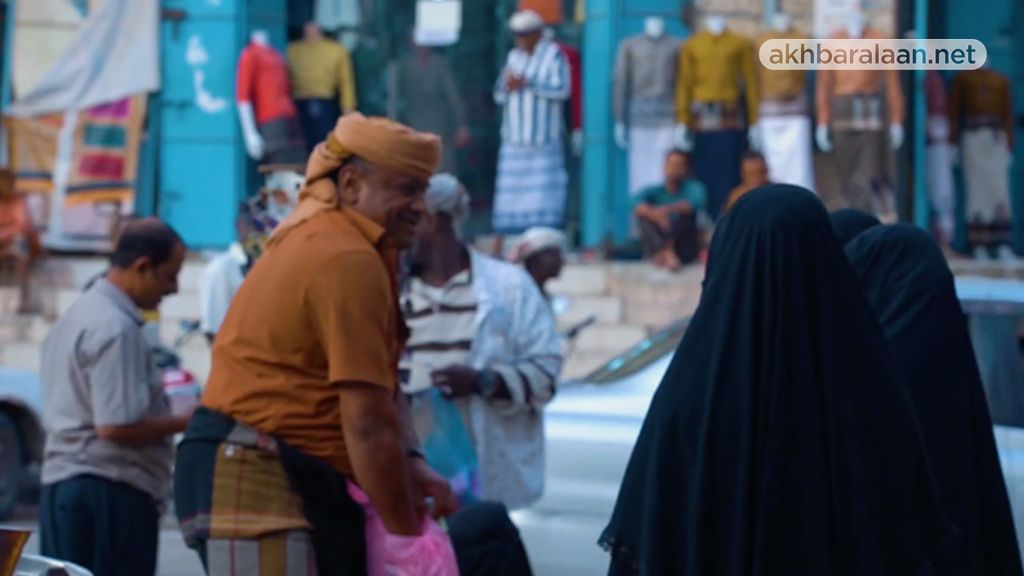 بائع يمني ونسوة في السوق بالمكلا