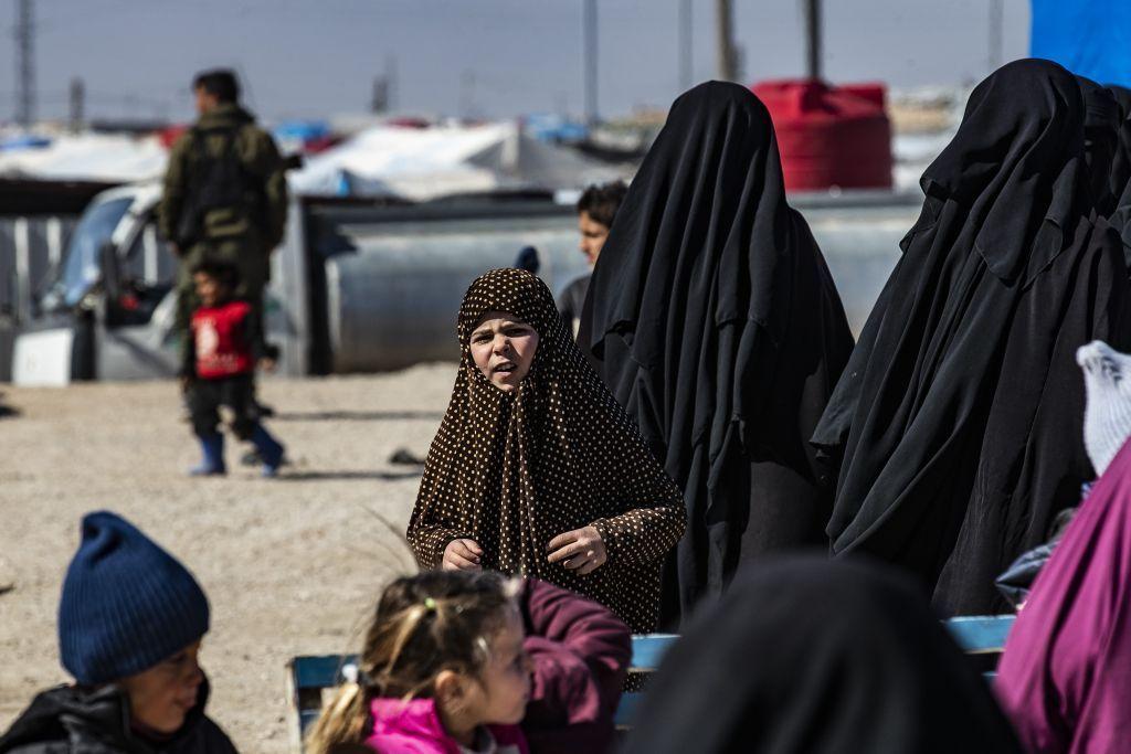 عائلات سورية تغادر مخيم الهول بحثاً عن مستقبل أفضل لأطفالها
