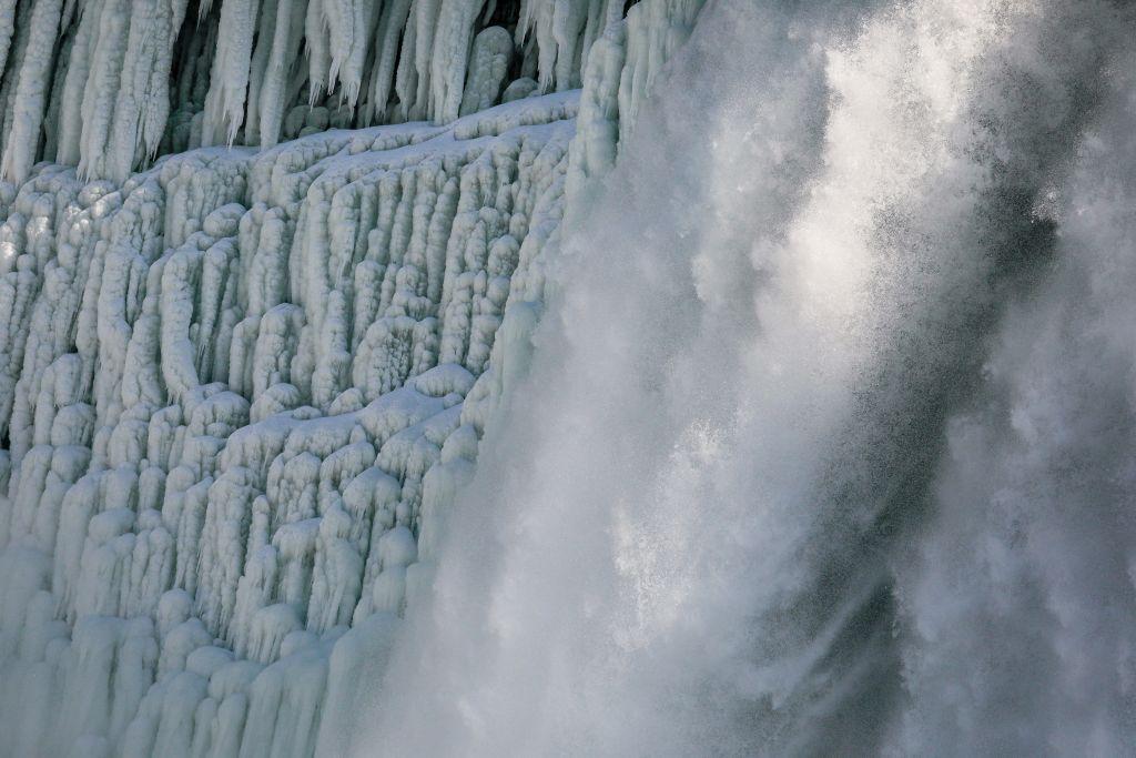 الثلوج تكسو شلالات نياغارا الأمريكية