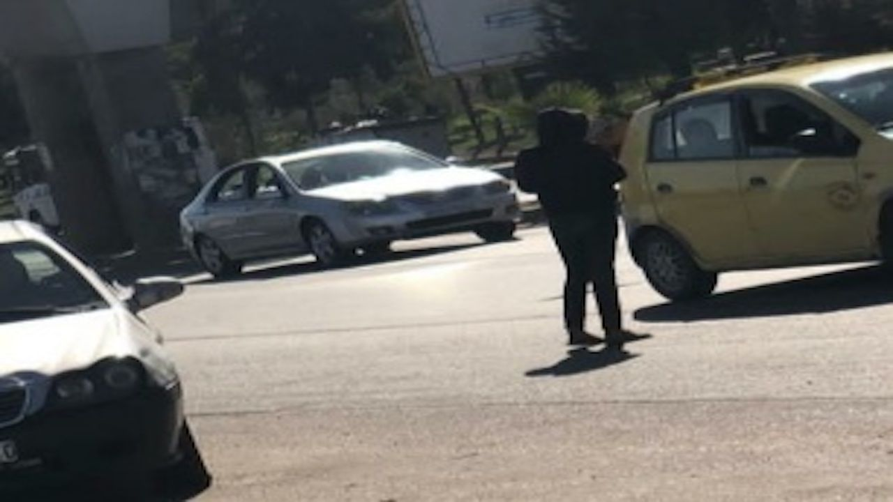 طفلة تقف في شارع بدمشق